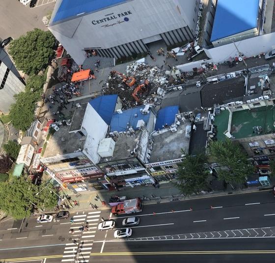 3일 오후 서울 용산구 한강로 2가에서 4층 상가 건물이 붕괴한 현장. 조혜경 기자
