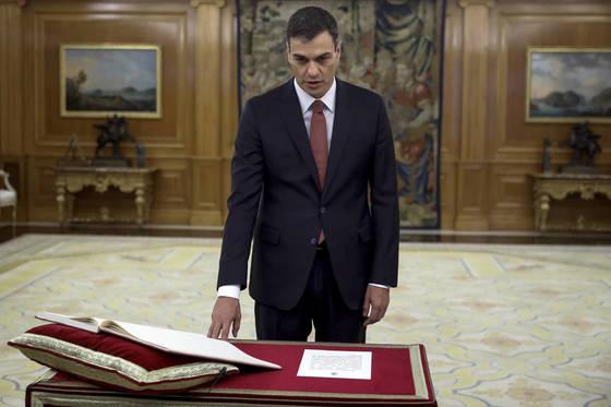 페드로 산체스 스페인 사회당 대표가 새 총리로 취임하면서 선서를 하고 있다. [AP=연합뉴스]