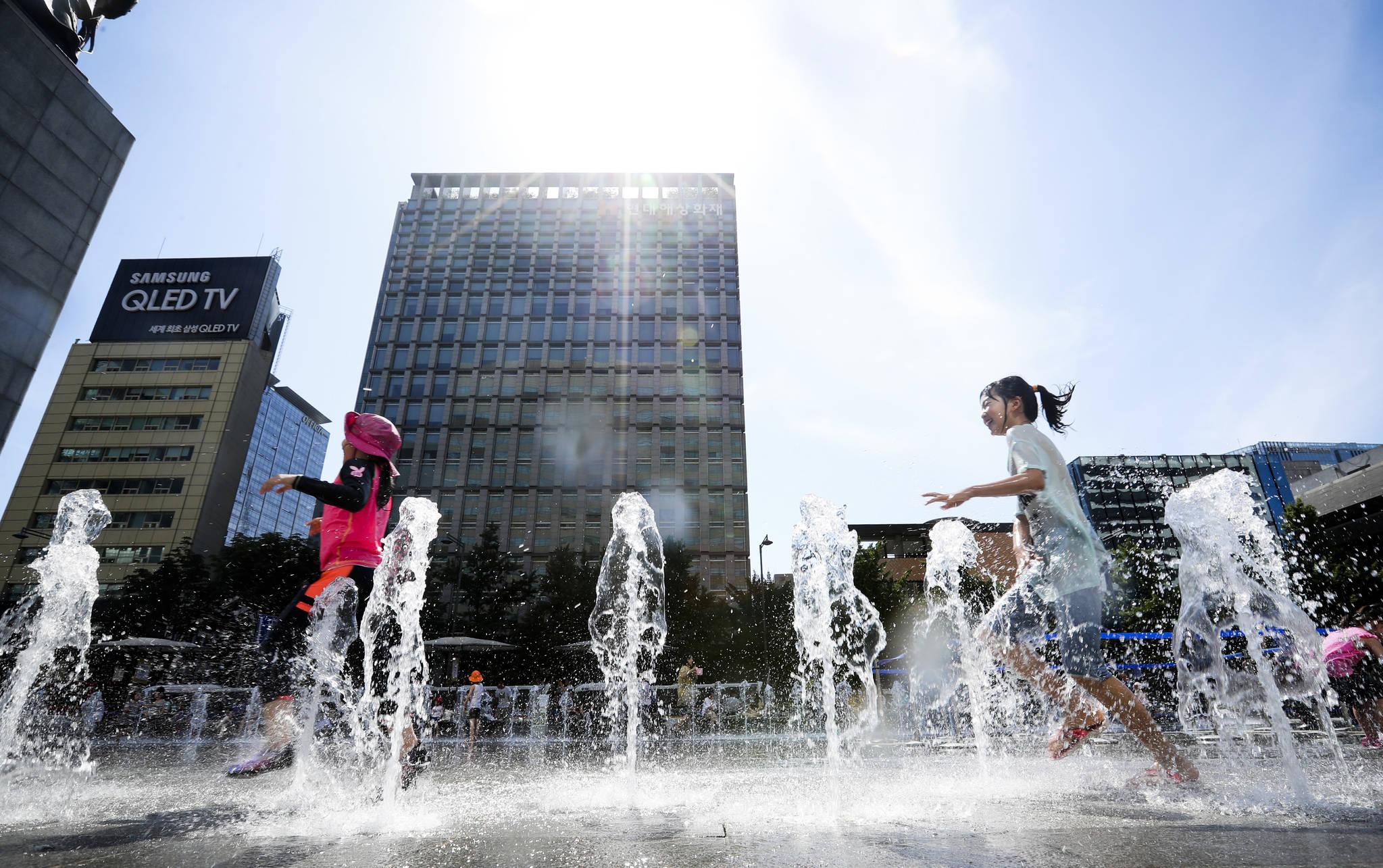 휴일인 2일 오후 서울 광화문 광장 분수대에서 어린이들이 물놀이를 하고 있다. 김경록 기자