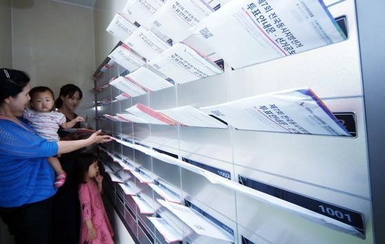 6·13 전국동시지방선거를 열흘 앞둔 3일 대전 서구의 한 아파트 우편함에 투표 안내를 알리는 선거공보물이 도착해 유권자들이 확인하고 있다. 프리랜서 김성태