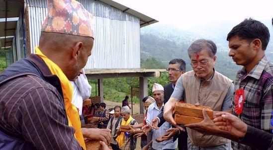 2016년 네팔 봉사활동 당시 문재인 대통령. [뉴스1]
