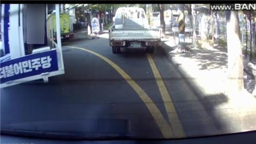 민주당 경남도의원 후보 유세차량이 주차차량과 가벼운 접촉사고를 낸 후 그대로 떠나는 장면. [연합뉴스]