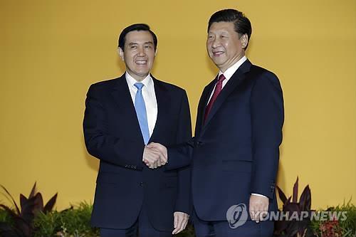 분단 후 66년 만인 2015년 11월 싱가포르에서 만난 시진핑 중국 국가주석(오른쪽)과 마잉주 대만 총통. [AP=연합뉴스]