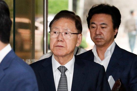 보석으로 풀려난 김백준 전 청와대 총무기획관이 지난달 18일 법원에 출석하고 있다. [뉴스1]