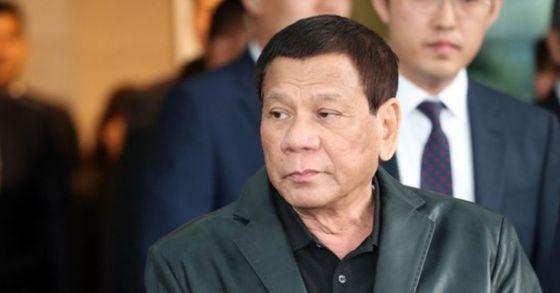 로드리고 두테르테 필리핀 대통령이 3일 오전 인천국제공항을 통해 입국, 차량에 탑승하고 있다. [연합뉴스]