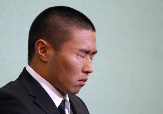 니혼대 미식축구팀 미야가와 다이스케 선수가 지난달 22일 기자회견 도중 눈을 질끈 감고있다. [AP=연합뉴스]