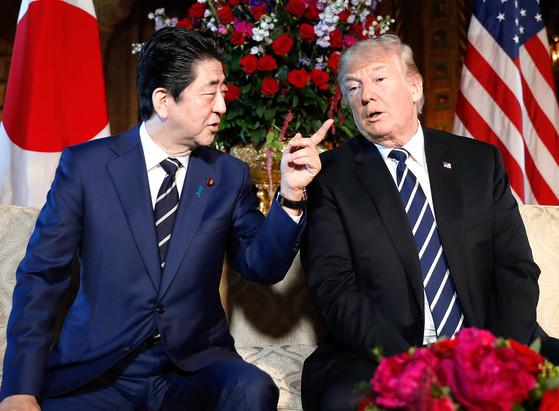 지난 4월 워싱턴에서 만난 도널드 트럼프 미국 대통령과 아베 신조 총리.[AP=연합뉴스]