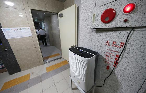 일반 아파트보다 2~3배 많은 7만8000여 건의 하자 보수가 발생한 것으로 확인된 경기도 화성시 동탄2신도시의 한 아파트 지하주차장 출입구에 1일 오후 습기를 막기 위한 제습기가 가동되고 있다.