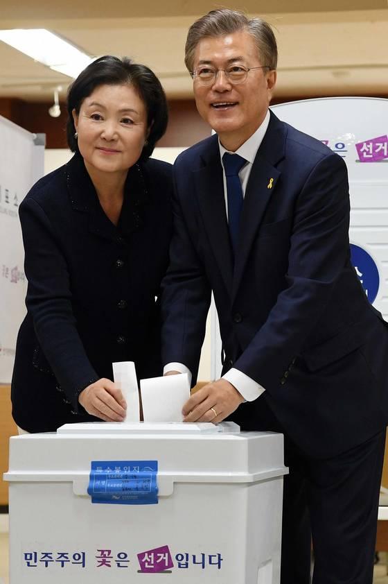 문재인 당시 더불어민주당 후보와 부인 김정숙 씨가 지난해 5월 9일 서울 서대문구 홍은중학교에 마련된 홍은 제2동 제3투표소에서 투표하고 있다. [중앙포토]