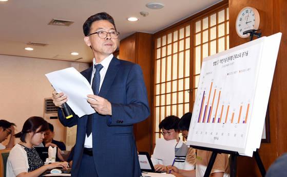 홍장표 청와대 경제수석이 3일 청와대 춘추관에서 가계 소득동향 관련 기자 간담회를 갖고 있다.