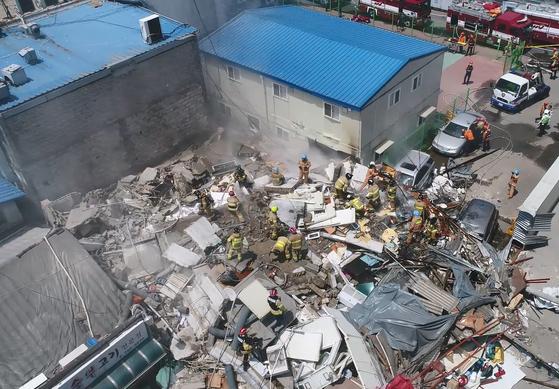 지난 3일 낮 12시 35분쯤 서울 용산구 한강로 2가 4층짜리 상가 건물이 무너졌다.[서울시 소방재난본부 제공=연합뉴스]