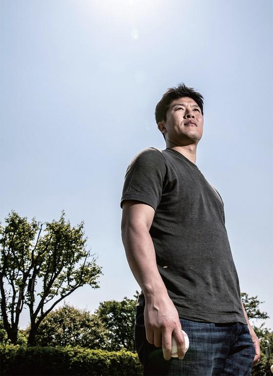 김병현이 월간중앙과 인터뷰를 마친 뒤 손에 공을 들고 먼 발치를 바라보고 있다. 특유의 무뚝뚝한 표정은 예나 지금이나 다르지 않아 보인다.