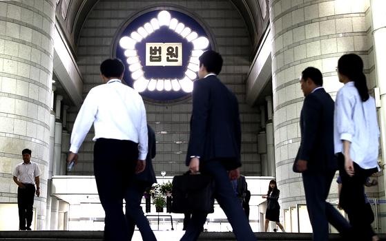 4일 서울 서초동 서울중앙지법에서 직원들이 점심시간 법원을 나서고 있다. 임현동 기자