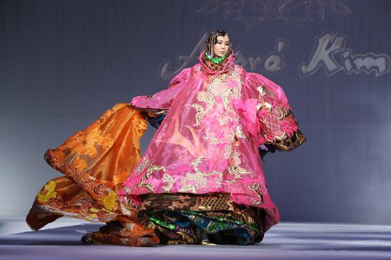 고 앙드레 김의 패션쇼에서 빠질 수 없는 무대가 바로 7겹의 코트 퍼포먼스다. 시스루 소재의 형형색색 코트를 하나씩 벗어던지는 과정을 통해 한과 슬픔을 해탈해나가는 한국인의 정서를 표현했다.