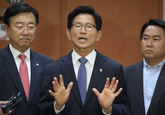 자유한국당 김문수 서울시장 후보가 6일 국회 정론관에서 후보단일화에 대해 묻는 기자들의 질문에 답하고 있다. 오종택 기자