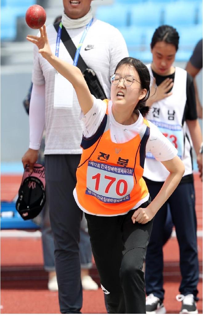 전북맹아학교 고등학교 2학년 박소영(17)양이 '제12회 전국장애학생체육대회' 여고부 포환던지기 결승에서 포환을 힘껏 던지고 있다. 박양은 3m69cm를 던져 금메달을 땄다. [사진 전북맹아학교]