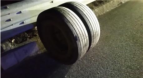 달리던 차량에서 빠진 바퀴가 반대편 방향으로 넘어가 인명사고까지 야기했다. [사진 한국도로공사]