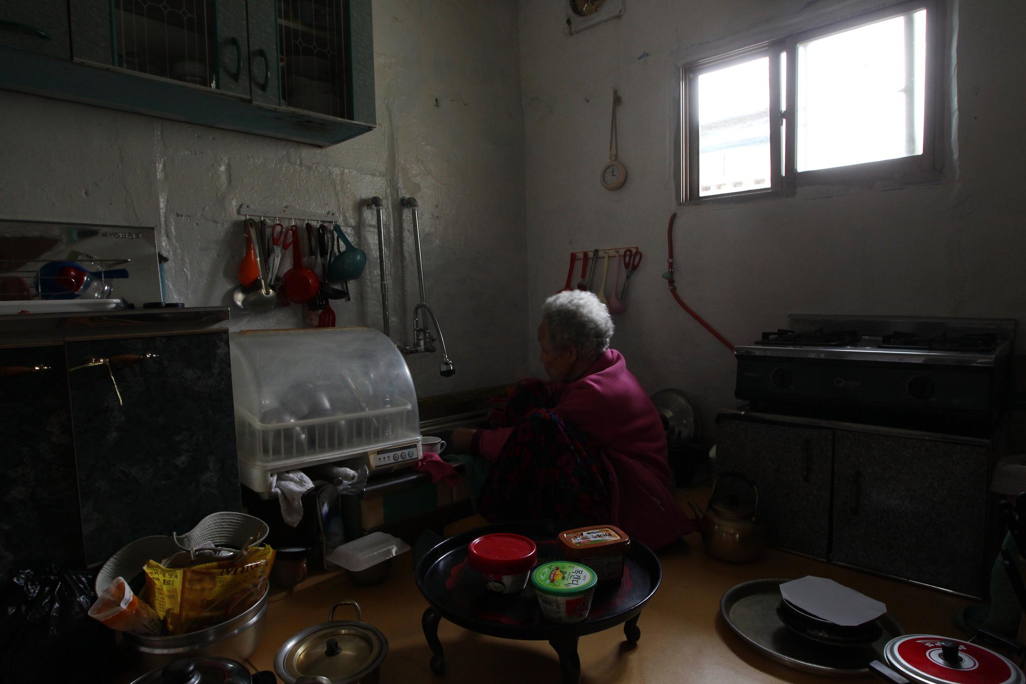 집에 홀로 머무르는 노인의 뒷모습. 앞으로 가정 내에서 노인을 돌보는 장기요양 서비스가 확대된다. [중앙포토]