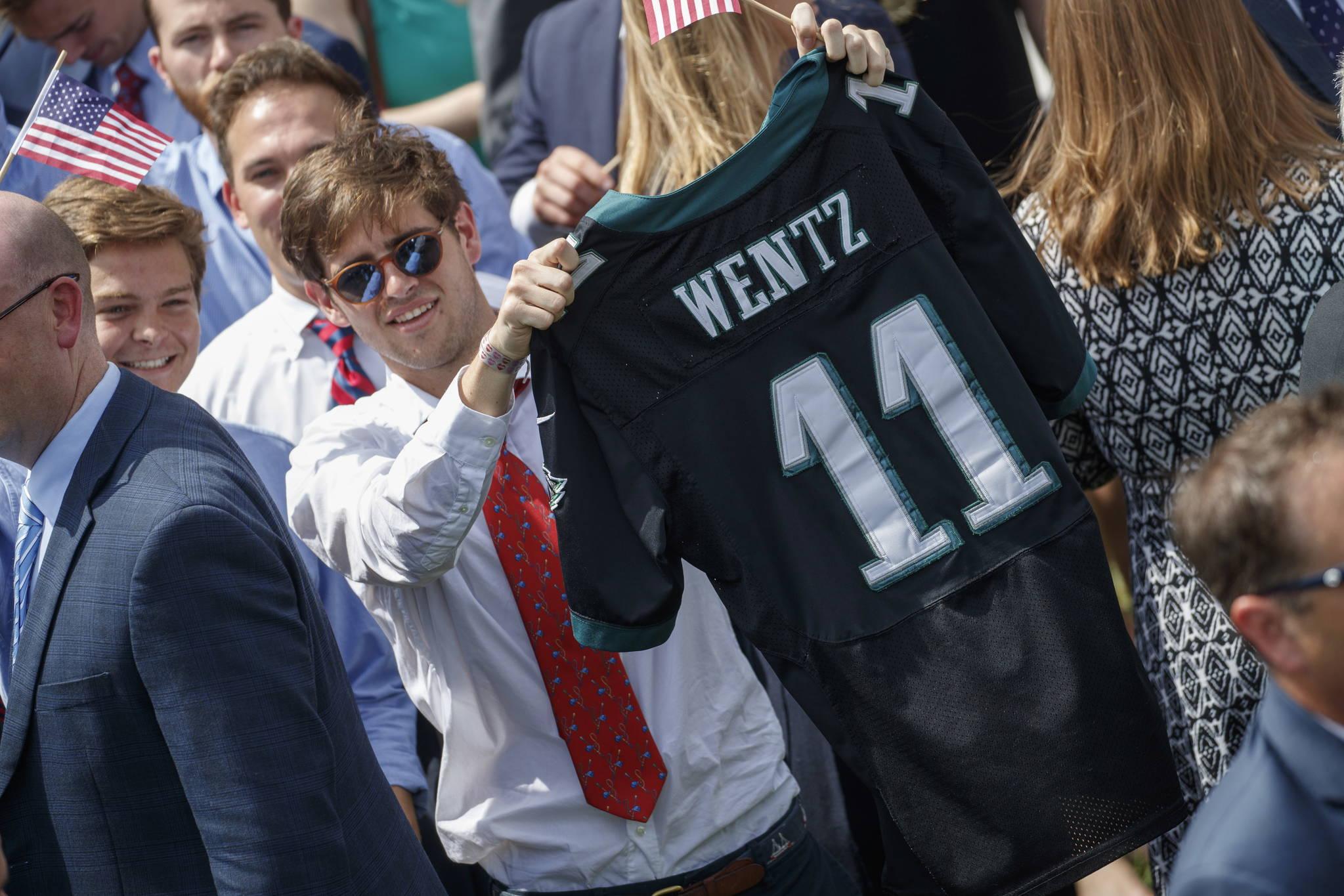 행사에 참여한 필라델피아 이글스의 한 팬이 쿼터백 카슨 웬츠의 유니폼을 흔들어 보이고 있다. [AP 연합뉴스]