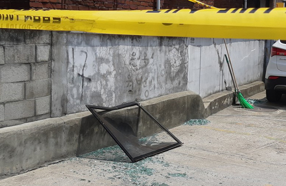 서울 은평구 응암동 주택 폭발 사고가 일어나 깨진 유리창 조각이 골목에 떨어져 있다. 허정원 기자