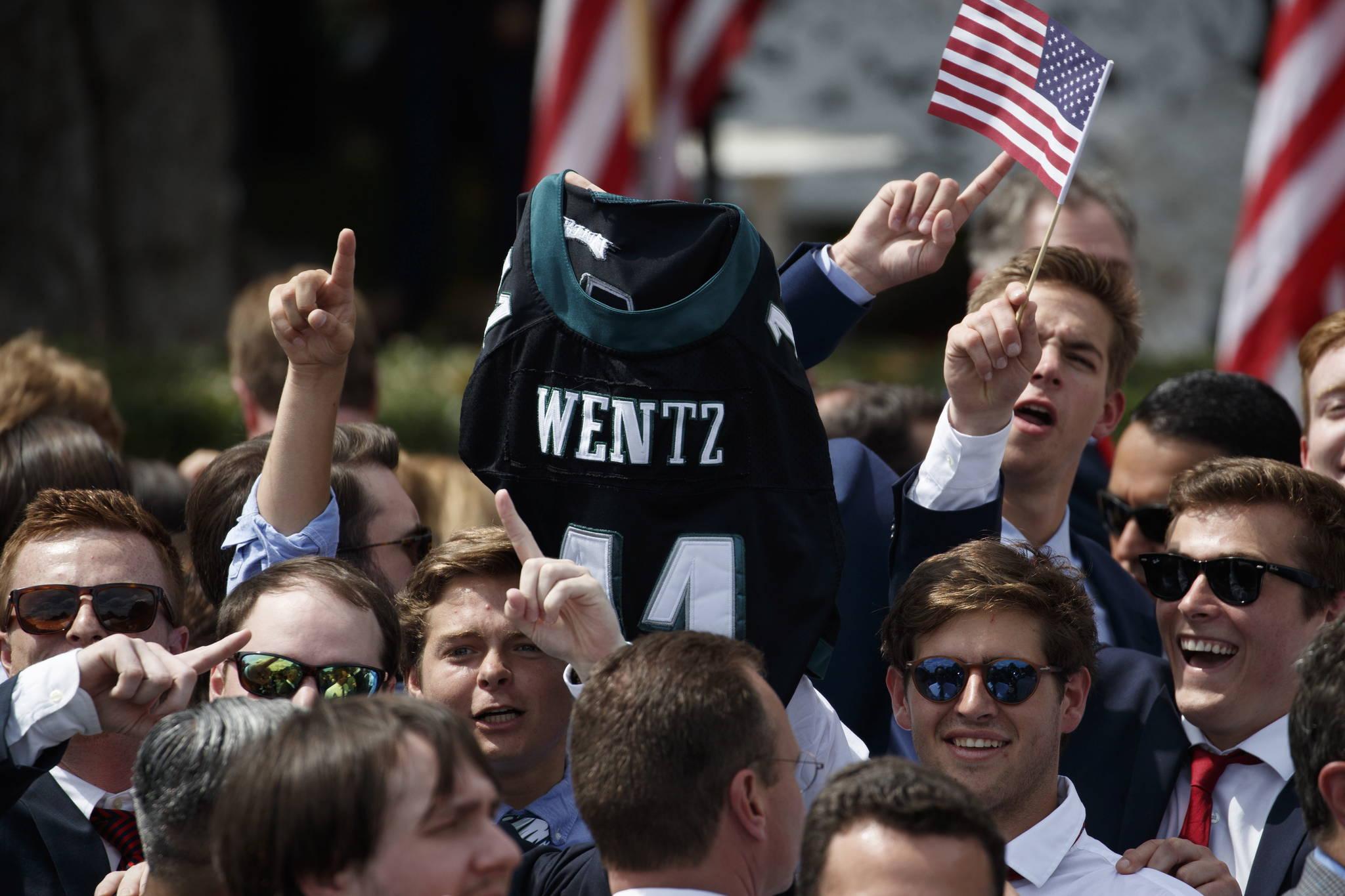 행사에 참여한 필라델피아 이글스의 한 팬이 쿼터백 카슨 웬츠의 유니폼을 흔들어 보이고 있다.