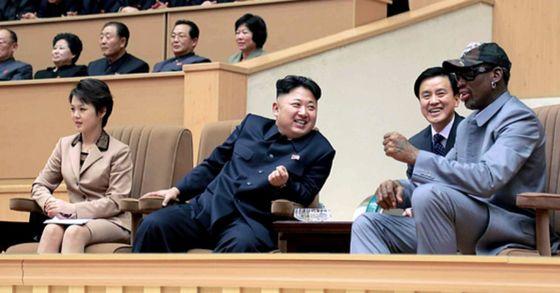 김정은 북한 국방위 제1위원장(당시)이 2014년 평양체육관에서 미국프로농구(NBA) 출신 데니스 로드먼 일행과 북한 횃불팀의 농구경기를 관람하고 있다. [사진 노동신문]