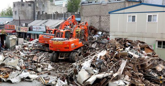 3일 오후 서울 용산구 한강로 2가 재개발 5구역의 4층짜리 상가건물이 갑자기 무너져내렸다. [뉴스1]