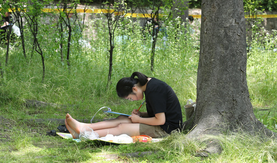 남산백일장에 참가한 여고생이 6일 오후 서울 남산공원에서 글을 다듬고 있다.최승식 기자