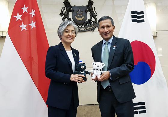 강경화 장관과 발라크리쉬난 싱가포르 외교장관   [연합뉴스]