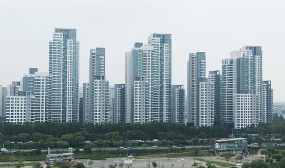 3.3㎡당 8000만원 정도까지 치솟은 서초구 반포동 아크로리버파크 아파트. 강남권에 돈이 몰리며 최근 1년간 전용 84㎡ 가격이 서울 아파트 한 채 평균 가격 정도만큼 올랐다.
