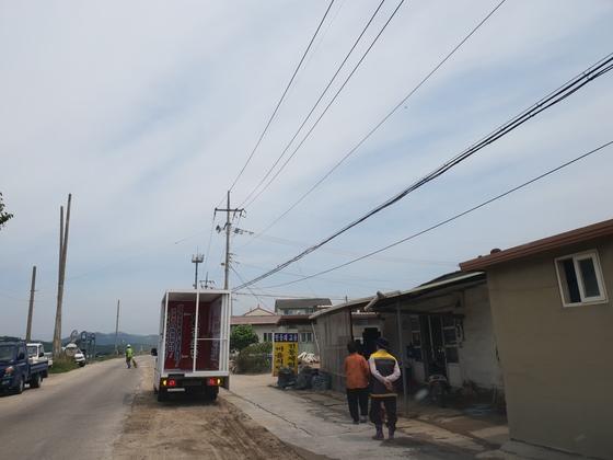 강원도 철원군 김화읍 도창리 마을회관 인근을 지나는 선거유세 차량. 박진호 기자