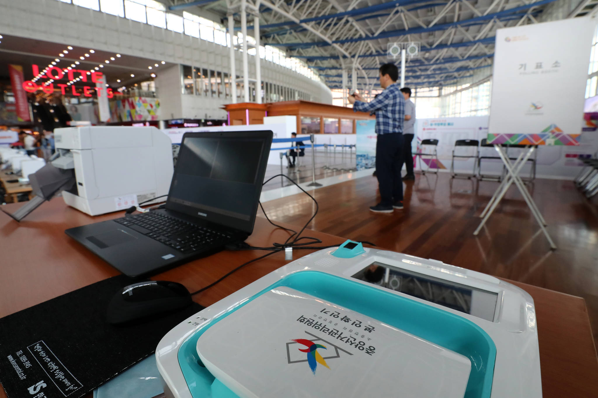 6일 오후 서울역에 '6ㆍ13 제7회 전국동시지방선거 및 국회의원 재ㆍ보궐선거' 사전투표소가 설치돼 있다. 사전투표는 오는 8ㆍ9일 이틀간 진행된다. [연합뉴스]