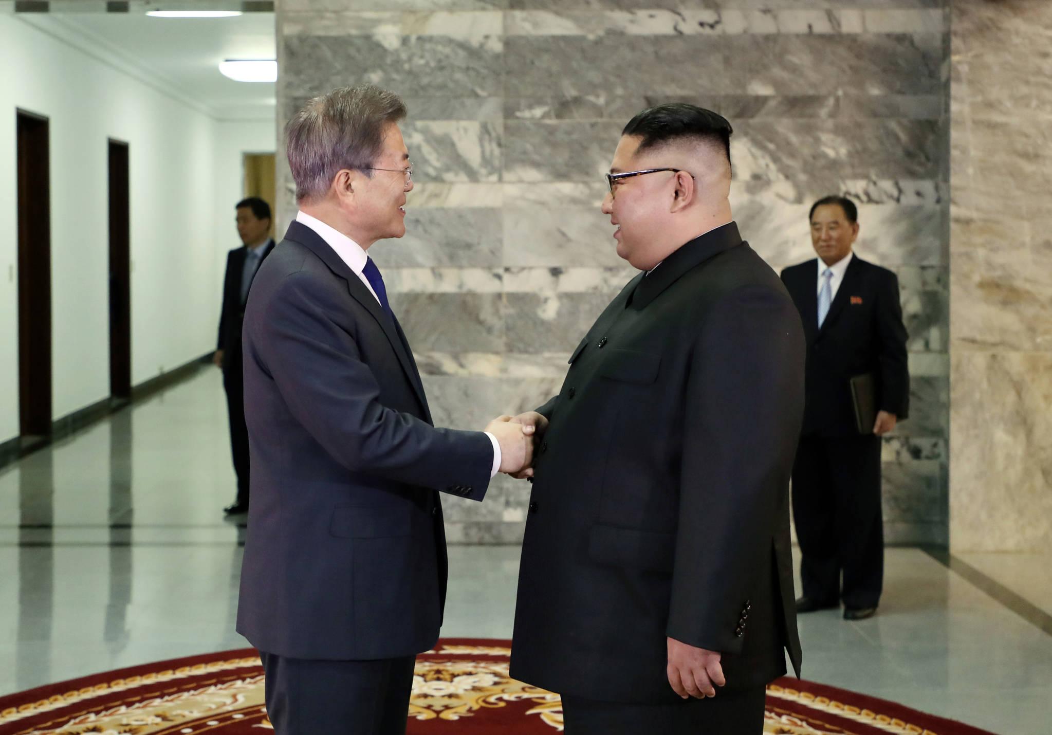 문재인 대통령과 북한 김정은 국무위원장이 지난달 26일 오후 판문점 북측 통일각에서 열린 남북정상회담에서 만나 얘기를 나누고 있다. [연합뉴스]