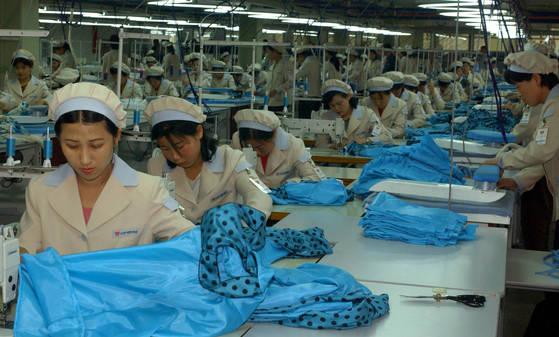 남북 정상회담 이후 남북 경협주가 급등했다. 사진은 2013년 9월 개성공단에서 근로자들이 작업하는 모습. [연합뉴스]