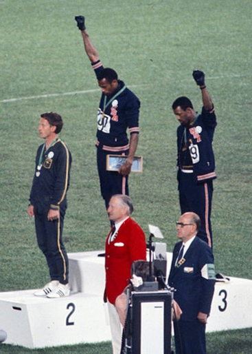 동료 흑인 선수들을 지지하고 있는 호주 선수 피터 노먼(왼쪽). [사진=위키피디아]