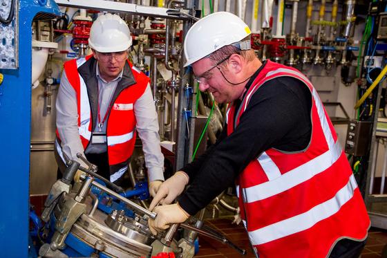 지난 지5일(현지시간) SK바이오텍 아일랜드 공장에서 직원들이 '화학 반응기'에 의약품 원료를 투입하고 있다. [사진 SK바이오텍]