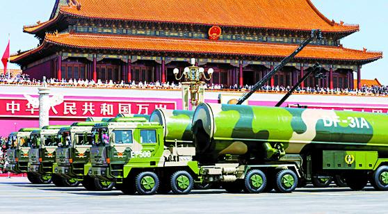 중국이 미 본토 전역을 사정권으로 하는 차세대 대륙간탄도탄 DF-41의 시험발사를 최근 실시하고 실전 배치를 서두르고 있다. 사진은 DF-41의 이전 모델인 DF-31이 2015년 9월 천안문 열병식에 등장한 모습이다. [중앙포토]