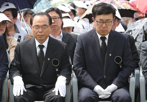 지난 6일 현충일을 맞아 부산 중앙공원 충혼탑 앞 광장에서 추념식이 거행됐다. 부산시장 선거에 출마한 오거돈(왼쪽) 더불어민주당 후보와 서병수 자유한국당 후보가 참석한 모습. 송봉근 기자