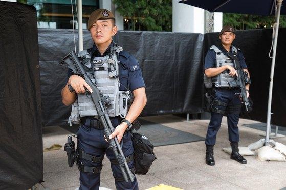 아시아안보회의 개막일인 1일 싱가포르 샹그릴라 호텔에 싱가포르 경찰 소속 구르카 용병 2명이 경계근무를 하고 있다. [뉴스1]