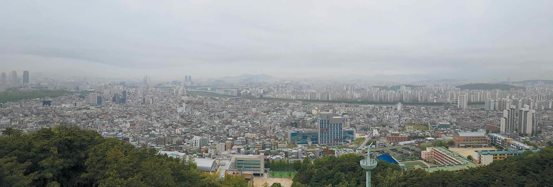 미세먼지 농도가 '매우 나쁨'일 때 면목동 용마산에서 바라본 서울. [사진 산림청]