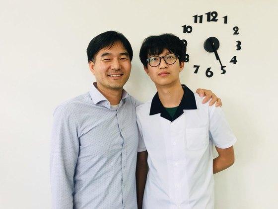 임영진 군(오른쪽)과 담임 교사 박상대씨.