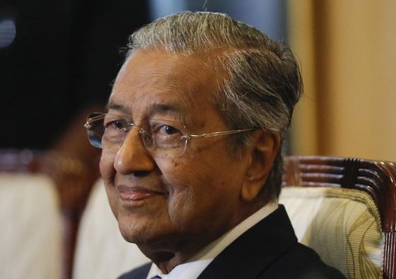 지난 5월 16일 말레이시아의 마하티르 모하맛 신임 총리가 기자회견 도중 미소를 보이고 있다. 마하티르는 지난달 9일 총선에서 야권연합을 승리로 이끌어 61년 만에 첫 정권 교체를 이뤄냈다. [AP=연합뉴스]