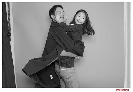 한 부녀가 포토매틱의 셀프 스튜디오에서 촬영한 사진. 자연스럽고 편안한 분위기가 느껴진다. [사진 포토매틱]