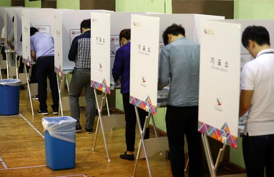 6·13 지방선거 사전투표 첫날인 8일 점심시간 종로구청 사전투표소에서 직장인들이 투표를 하고 있다. [연합뉴스]