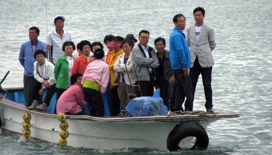 전남 신안군은 1004개의 섬으로 이뤄져 선거운동이나 투표를 하는데 어려움이 큰 선거구다. 사진은 2014년 지방선거 당시 신안군 압해읍 효지리 주민들이 배를 타고 투표소로 향하는 모습. [뉴시스]