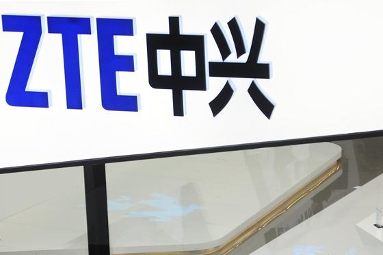 ZTE가 10억 달러 벌금을 포함하는 굴욕적인 합의안에 서명하고 회생의 길을 선택했다. [AP=연합뉴스]