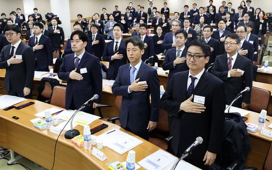 지난 4월 열린 전국법관대표회의에서 판사들이 국기에 대한 경례를 하고 있는 모습. [중앙포토]