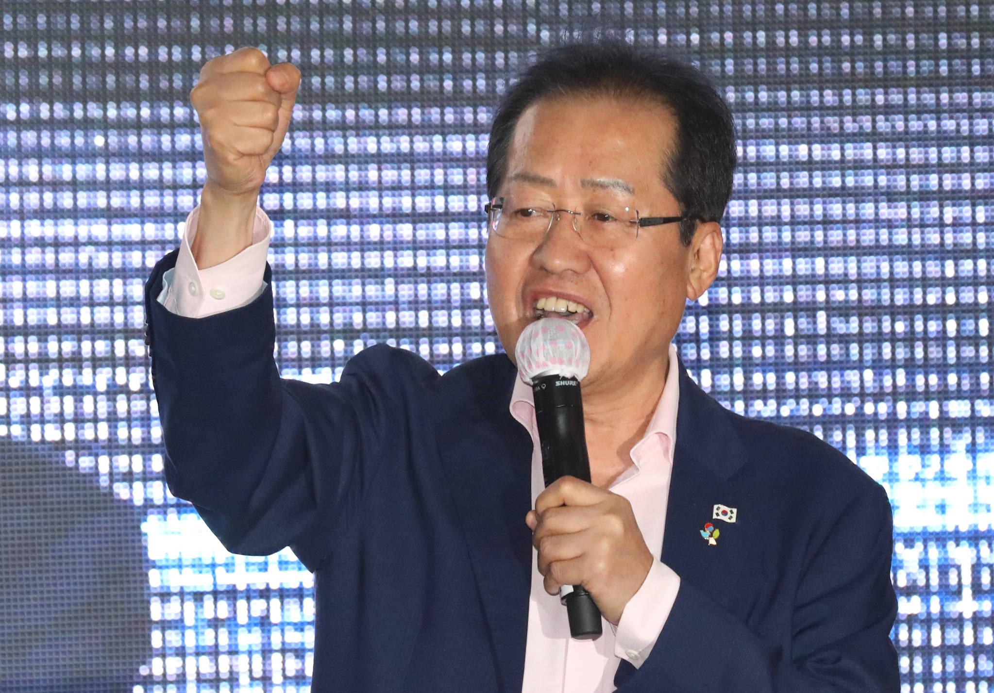 홍준표 자유한국당 대표가 9일 오후 부산 중구 광복동 패션거리 일대에서 서병수 부산시장 후보 지원유세를 하고 있다. [뉴스1]