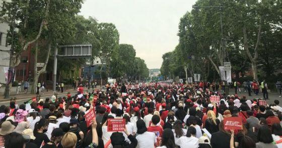 9일 오후 3시 서울 종로구 혜화역 앞에서 열린 경찰의 성차별 편파 수사 규탄 시위에 참여한 여성들이 구호를 외치고 있다 [사진 트위터(@nueogeeL) 갈무리]