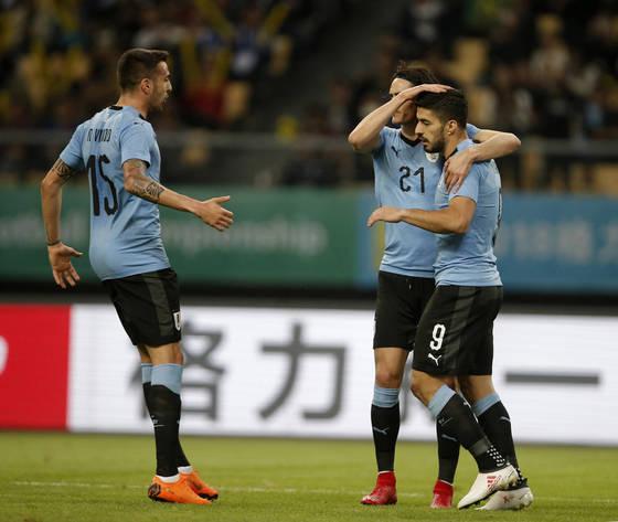 우루과이 공격수 수아레스(맨 오른쪽)가 체코와 차이나컵 친선경기에서 득점하자 동료 공격수 카바니(가운데)가 격려하고 있다. [AP=연합뉴스]
